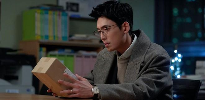 4 chuyện tình bỏ ngỏ đợi hồi kết ở Hospital Playlist 2: Jo Jung Suk có cưa đổ crush 20 năm? - ảnh 3