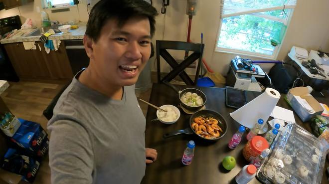 Vương Phạm - Triệu phú đô la người Việt: Tiền nhiều thì cũng chỉ ăn 3 bữa/ ngày, ngủ giường không quá 2m - ảnh 2