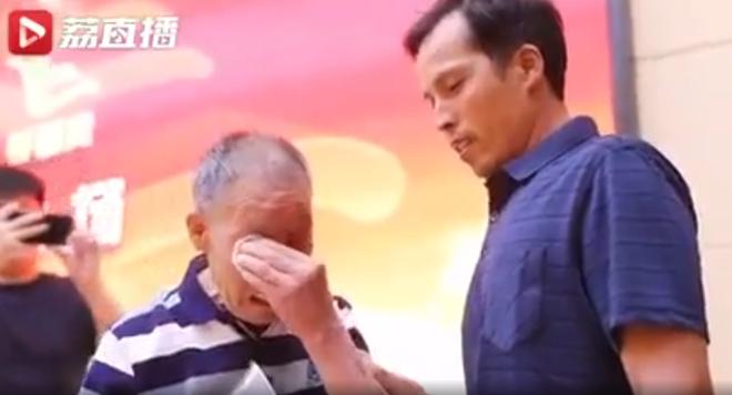 Cụ ông 85 tuổi dành 40 năm đi tìm con trai bị bắt cóc, òa khóc nức nở khi hoàn thành nhiệm vụ cuộc đời - ảnh 2