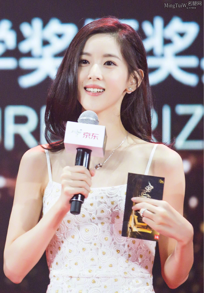 Hot girl trà sữa trong ống kính team qua đường có còn chuẩn khí chất nữ tỷ phú trẻ nhất Trung Quốc? - ảnh 4