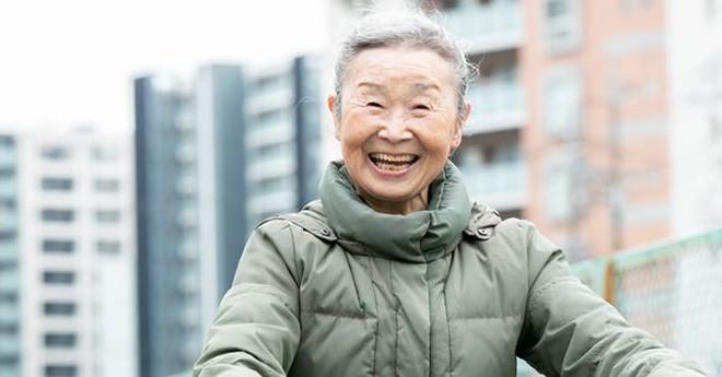 Cụ bà U90 gây sốt với làn da căng mịn như thiếu nữ, trẻ khoẻ đến kinh ngạc: Bí quyết lão hoá ngược hoá ra đơn giản hơn chúng ta nghĩ - ảnh 3