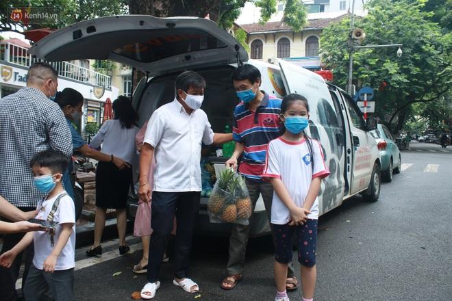 Ông Đoàn Ngọc Hải bất ngờ bán dứa, dưa lê giữa phố Hà Nội và câu chuyện cảm động phía sau - ảnh 5