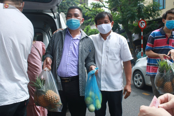 Ông Đoàn Ngọc Hải bất ngờ bán dứa, dưa lê giữa phố Hà Nội và câu chuyện cảm động phía sau - ảnh 9