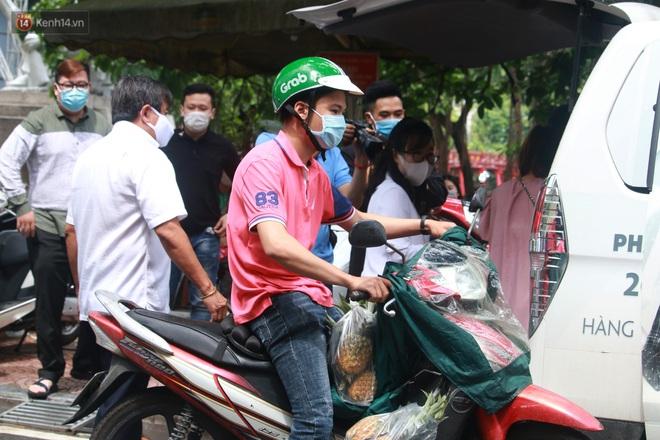 Ông Đoàn Ngọc Hải bất ngờ bán dứa, dưa lê giữa phố Hà Nội và câu chuyện cảm động phía sau - ảnh 2