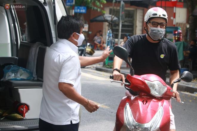 Ông Đoàn Ngọc Hải bất ngờ bán dứa, dưa lê giữa phố Hà Nội và câu chuyện cảm động phía sau - ảnh 3