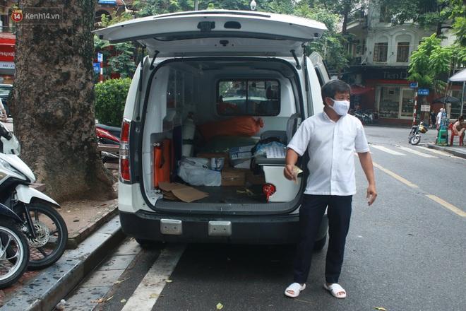 Ông Đoàn Ngọc Hải bất ngờ bán dứa, dưa lê giữa phố Hà Nội và câu chuyện cảm động phía sau - ảnh 11