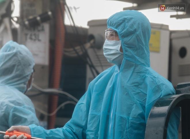 Ảnh: Quân đội phun hoá chất khử khuẩn ở TP. Thủ Đức sau khi có nhiều trường hợp liên quan đến Covid-19 - Ảnh 10.