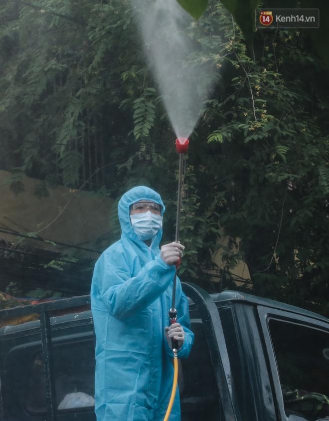 Ảnh: Quân đội phun hoá chất khử khuẩn ở TP. Thủ Đức sau khi có nhiều trường hợp liên quan đến Covid-19 - Ảnh 12.