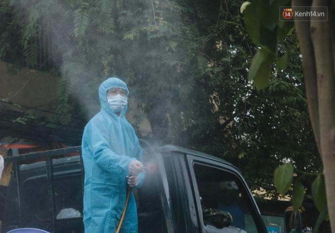 Ảnh: Quân đội phun hoá chất khử khuẩn ở TP. Thủ Đức sau khi có nhiều trường hợp liên quan đến Covid-19 - Ảnh 11.