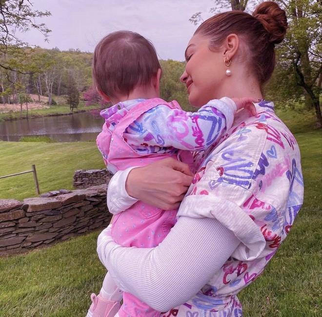 Mẹ bỉm 9x Gigi Hadid khoe mặt mộc đỉnh cao, nhưng bóng lưng nhóc tỳ 9 tháng tuổi hiếm hoi lộ diện mới là tâm điểm - ảnh 5