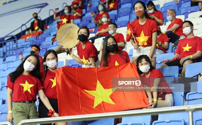 Nhan sắc trên khán đài: Việt Nam đè bẹp Malaysia - ảnh 2