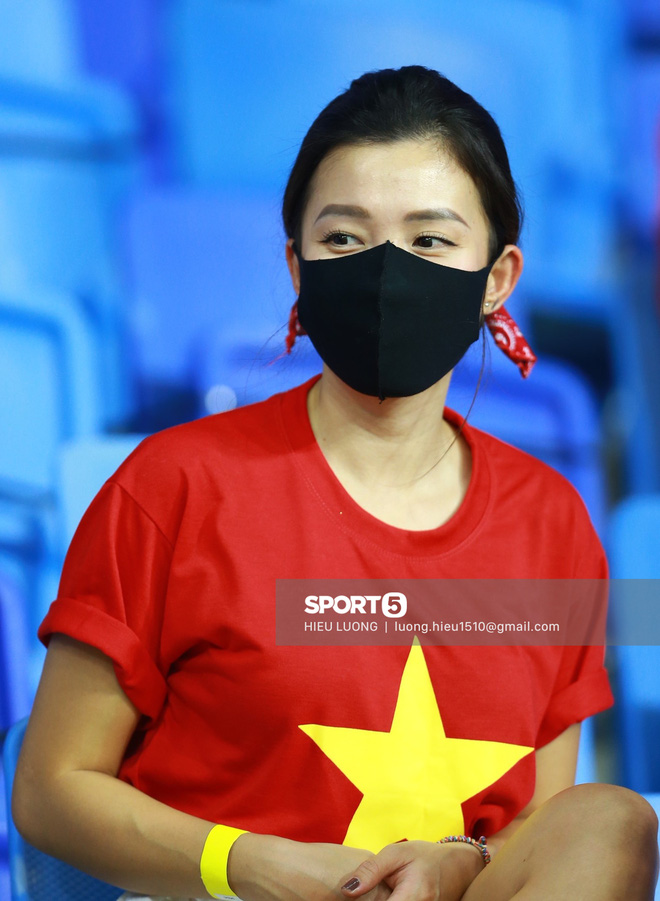 Nhan sắc trên khán đài: Việt Nam đè bẹp Malaysia - ảnh 4