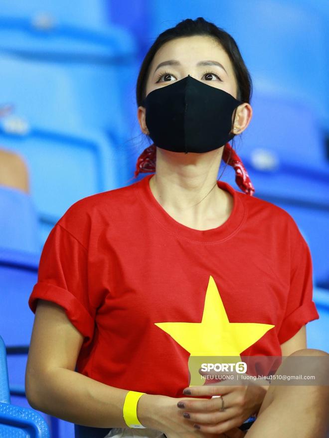 Nhan sắc trên khán đài: Việt Nam đè bẹp Malaysia - ảnh 5