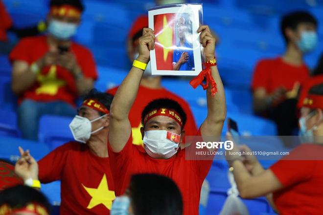 Nhan sắc trên khán đài: Việt Nam đè bẹp Malaysia - ảnh 8