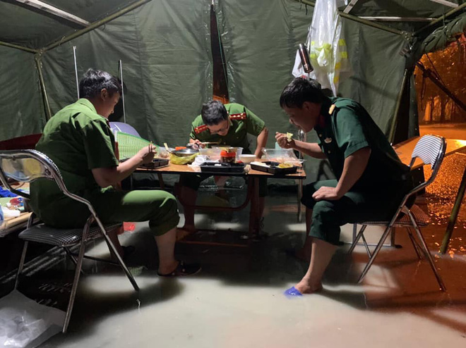 Xót xa hình ảnh chiến sĩ công an dầm mưa tại chốt phòng dịch Covid-19: Những bữa cơm ăn vội, mưa xối trên đầu và nước ngập dưới chân - Ảnh 2.