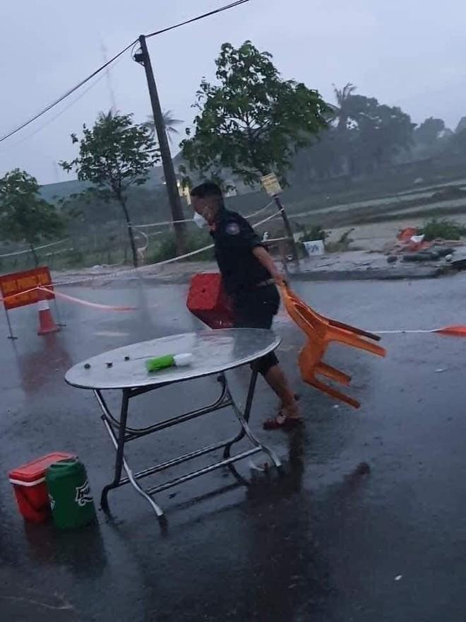 Xót xa hình ảnh chiến sĩ công an dầm mưa tại chốt phòng dịch Covid-19: Những bữa cơm ăn vội, mưa xối trên đầu và nước ngập dưới chân - Ảnh 5.