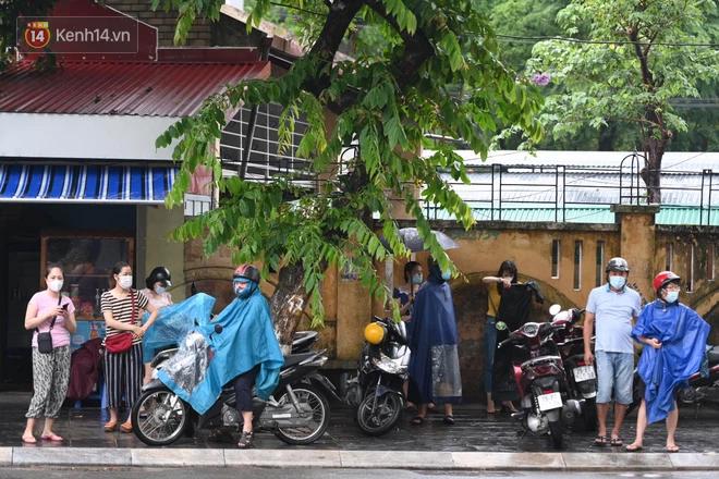 Hình ảnh phụ huynh đội mưa đưa con đi thi: Cứ đến cổng trường những ngày này sẽ hiểu lòng cha mẹ! - Ảnh 1.