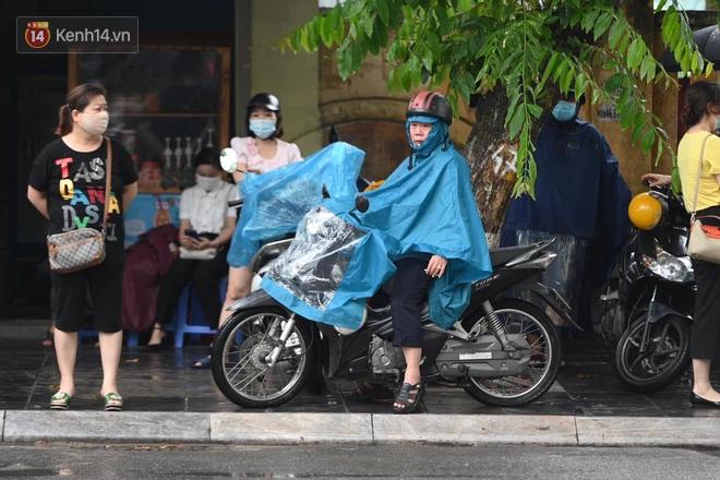 Hình ảnh phụ huynh đội mưa đưa con đi thi: Cứ đến cổng trường những ngày này sẽ hiểu lòng cha mẹ! - Ảnh 4.
