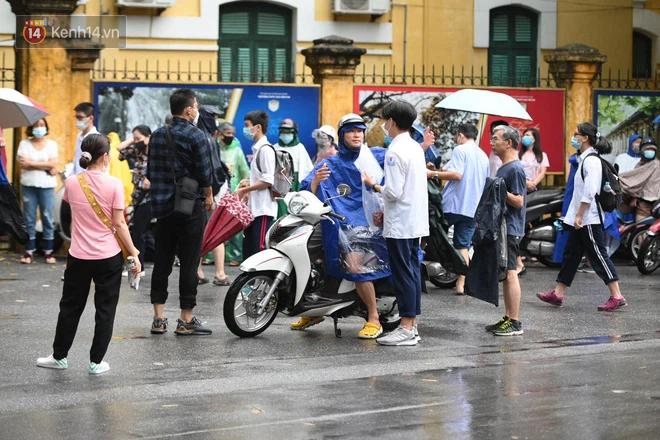 Hình ảnh phụ huynh đội mưa đưa con đi thi: Cứ đến cổng trường những ngày này sẽ hiểu lòng cha mẹ! - Ảnh 14.