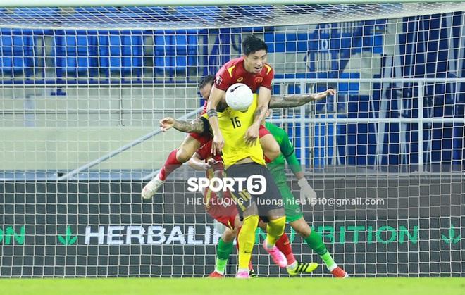 Tình huống Văn Hậu phạm lỗi khiến tuyển Việt Nam nhận bàn thua trước Malaysia - ảnh 2