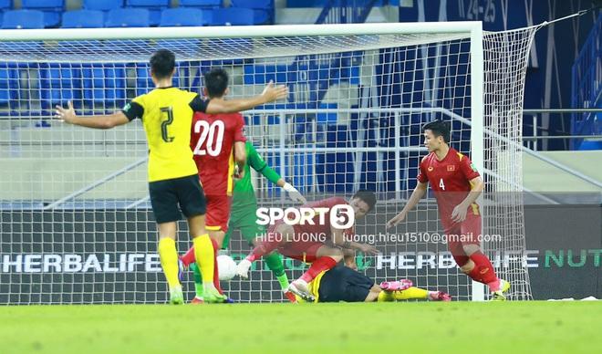 Tình huống Văn Hậu phạm lỗi khiến tuyển Việt Nam nhận bàn thua trước Malaysia - ảnh 7