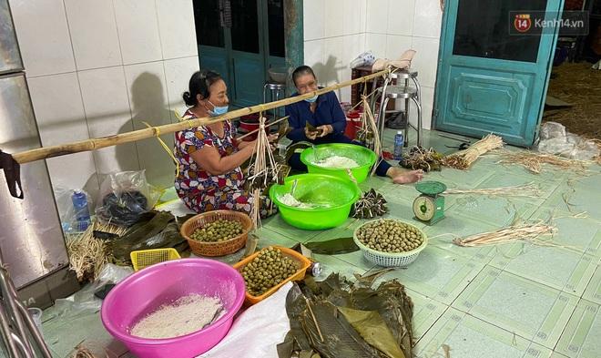 Người Sài Gòn tất bật gói hàng chục nghìn bánh ú nước tro dịp Tết Đoan Ngọ - ảnh 1