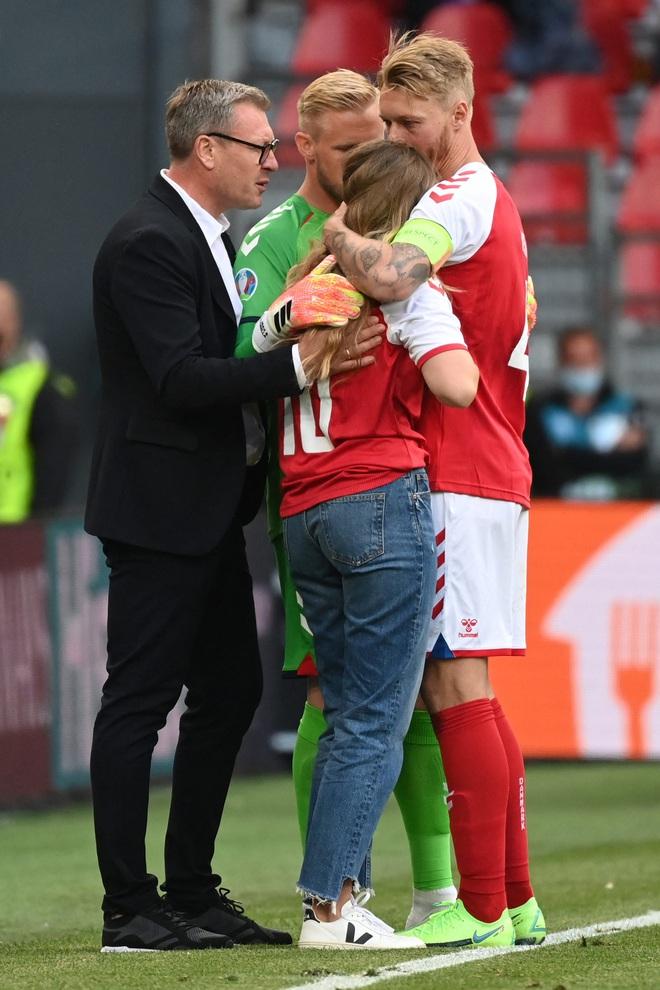 Ảnh: Xúc động khoảnh khắc vợ ngôi sao tuyển Đan Mạch leo rào, bật khóc trong vòng tay đồng đội khi thấy chồng mình đột quỵ - ảnh 8