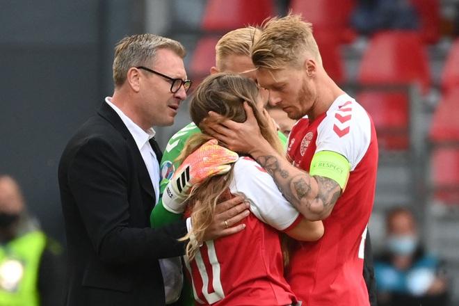 Ảnh: Xúc động khoảnh khắc vợ ngôi sao tuyển Đan Mạch leo rào, bật khóc trong vòng tay đồng đội khi thấy chồng mình đột quỵ - ảnh 6