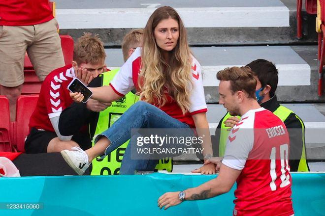 Ảnh: Xúc động khoảnh khắc vợ ngôi sao tuyển Đan Mạch leo rào, bật khóc trong vòng tay đồng đội khi thấy chồng mình đột quỵ - ảnh 3