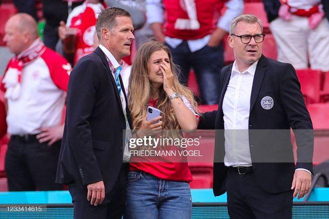 Ảnh: Xúc động khoảnh khắc vợ ngôi sao tuyển Đan Mạch leo rào, bật khóc trong vòng tay đồng đội khi thấy chồng mình đột quỵ - ảnh 4