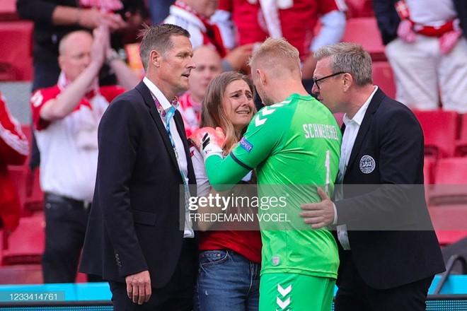 Ảnh: Xúc động khoảnh khắc vợ ngôi sao tuyển Đan Mạch leo rào, bật khóc trong vòng tay đồng đội khi thấy chồng mình đột quỵ - ảnh 5