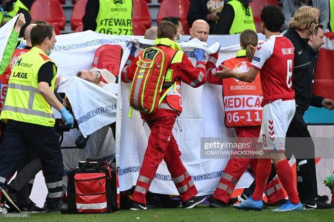 Ảnh: Xúc động khoảnh khắc vợ ngôi sao tuyển Đan Mạch leo rào, bật khóc trong vòng tay đồng đội khi thấy chồng mình đột quỵ - ảnh 2