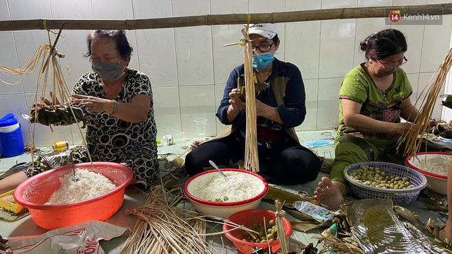 Người Sài Gòn tất bật gói hàng chục nghìn bánh ú nước tro dịp Tết Đoan Ngọ - ảnh 2
