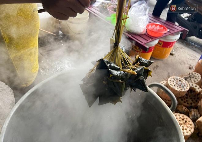 Người Sài Gòn tất bật gói hàng chục nghìn bánh ú nước tro dịp Tết Đoan Ngọ - ảnh 7