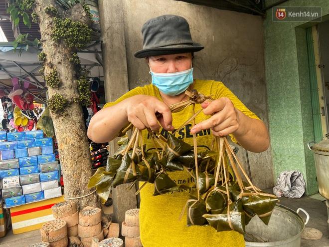Người Sài Gòn tất bật gói hàng chục nghìn bánh ú nước tro dịp Tết Đoan Ngọ - ảnh 9