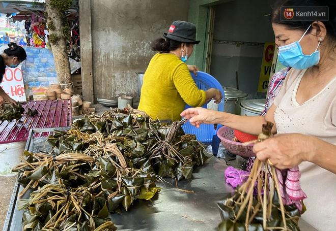 Người Sài Gòn tất bật gói hàng chục nghìn bánh ú nước tro dịp Tết Đoan Ngọ - ảnh 10