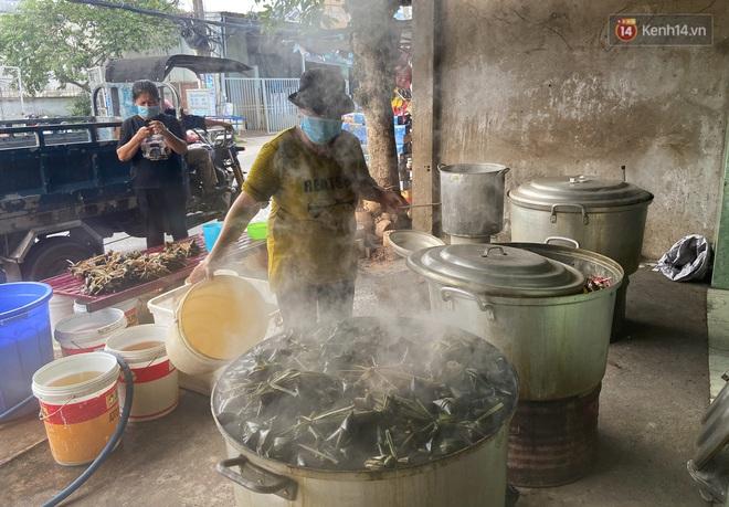 Người Sài Gòn tất bật gói hàng chục nghìn bánh ú nước tro dịp Tết Đoan Ngọ - ảnh 6