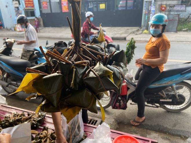 Người Sài Gòn tất bật gói hàng chục nghìn bánh ú nước tro dịp Tết Đoan Ngọ - ảnh 11