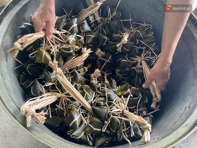 Người Sài Gòn tất bật gói hàng chục nghìn bánh ú nước tro dịp Tết Đoan Ngọ - ảnh 4