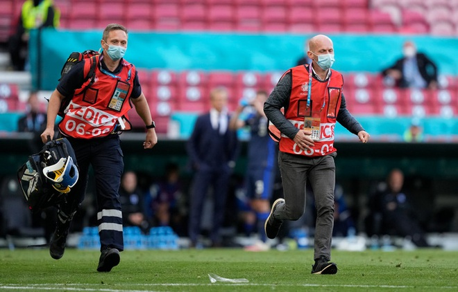 Trọng tài trận Đan Mạch và Phần Lan nhận mưa lời khen vì quyết định kịp thời cứu mạng Eriksen - ảnh 2