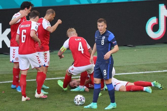LĐBĐ Đan Mạch khiến tất cả thở phào khi đưa ra thông báo về tình trạng ở bệnh viện của Eriksen, cầu thủ nghe xong chấp nhận đá tiếp - ảnh 1