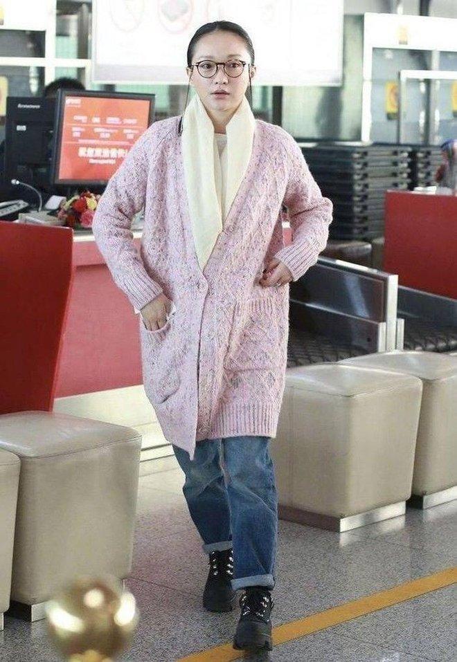 Muôn vẻ thảm hoạ thời trang sân bay của sao Cbiz: Từ xuề xoà, mặc xấu nhè nhẹ cho tới những phong cách không tả được bằng lời... - Ảnh 13.