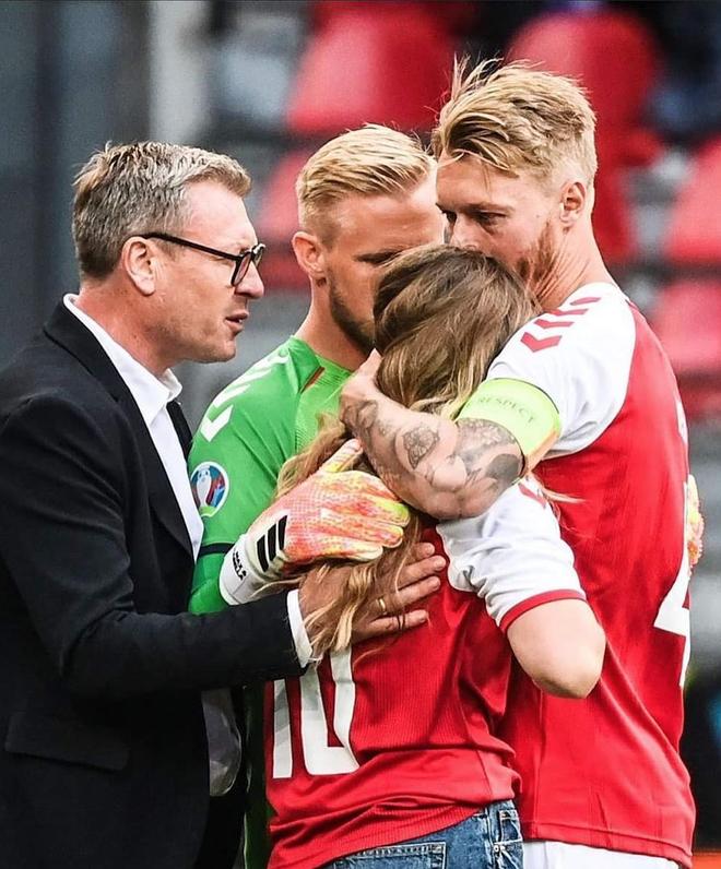 Tình người xúc động ở khoảnh khắc Eriksen ngã xuống: Đồng đội cứu đồng đội, cả khán đài rơi nước mắt cầu nguyện - ảnh 4