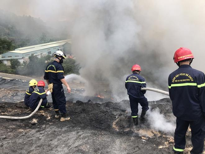 Cháy đỏ rực tại bãi rác lớn nhất Đà Nẵng, cột khói khổng lồ khiến nhiều người hoảng sợ - ảnh 4