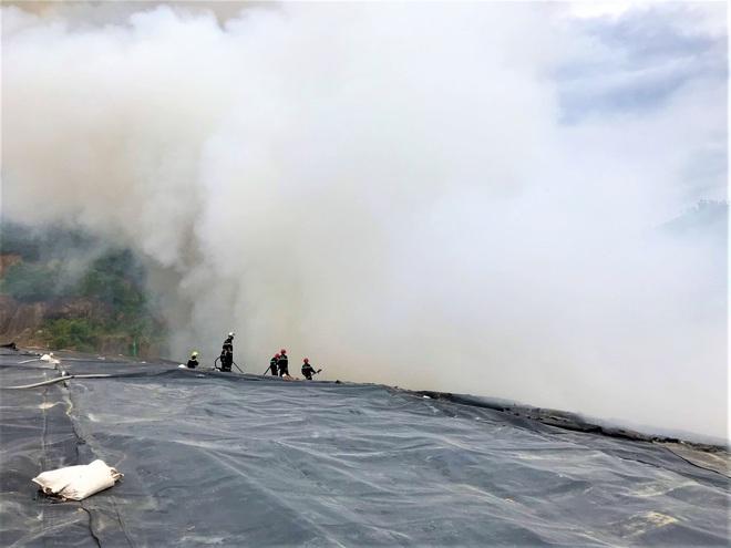 Cháy đỏ rực tại bãi rác lớn nhất Đà Nẵng, cột khói khổng lồ khiến nhiều người hoảng sợ - ảnh 7
