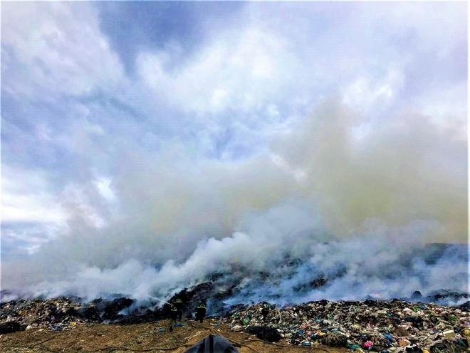 Cháy đỏ rực tại bãi rác lớn nhất Đà Nẵng, cột khói khổng lồ khiến nhiều người hoảng sợ - ảnh 2