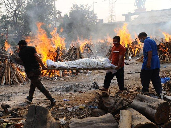 Người ta bỏ xác chết trước cửa, chẳng nói gì: Nhân viên lò hỏa táng Ấn Độ nhớ về những ngày kinh hoàng - ảnh 3