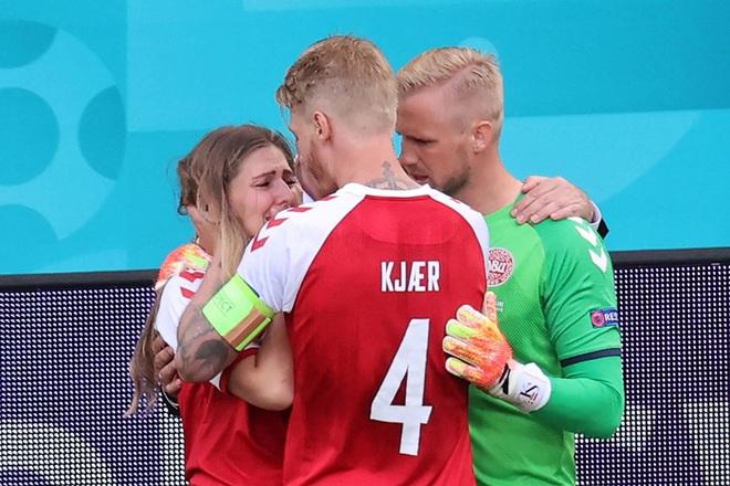 Tuyển thủ Đan Mạch kể lại cuộc trò chuyện với bạn gái của Eriksen khi cô sốc vì thấy hôn phu bị ngừng tim - ảnh 1