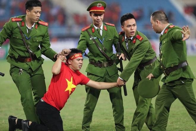Clip viral trở lại: Thấy fan cuồng bóng đá tràn xuống SVĐ, Quế Ngọc Hải liền có 1 hành động làm cả khán đài ngỡ ngàng - ảnh 3