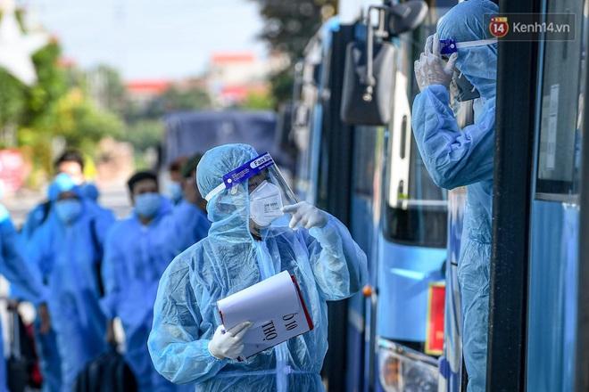 Ảnh: Đưa gần 300 công nhân từ tâm dịch Bắc Giang về Hà Nội trong quy trình nghiêm ngặt - ảnh 11